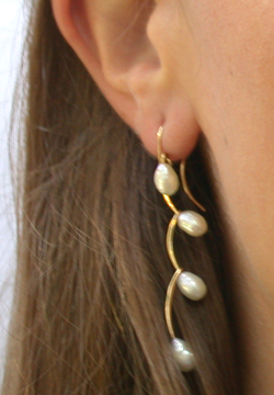Joined Curves Earring in Gold and Freshwater Cultured Pearl